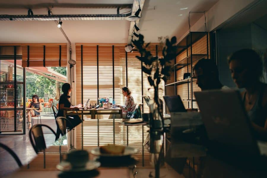 personnes travaillant dans espace cooworking
