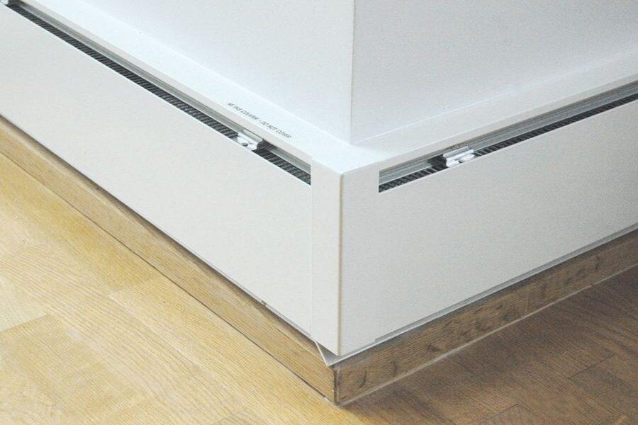 Système de chauffage par plinthe électrique dans l'angle d'une pièce.