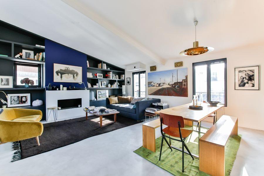 Salon moderne avec carrelage au sol